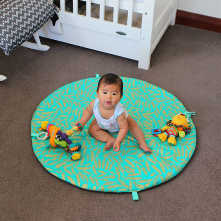 Estilo-Nursery-Baby-playmat-teal-with-feathers-babypic